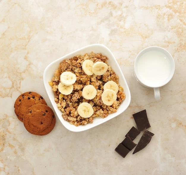 健康的な朝食-ミューズリー、ミルク、バナナ、チョコレート