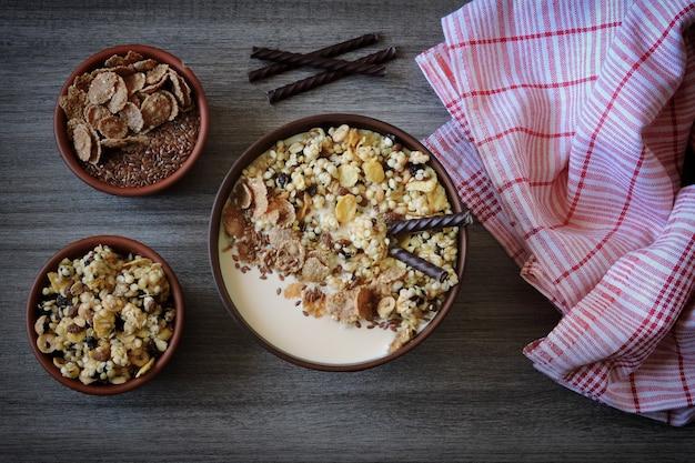ボウルに種とヨーグルトを入れた健康的な朝食用ミューズリー Premium写真