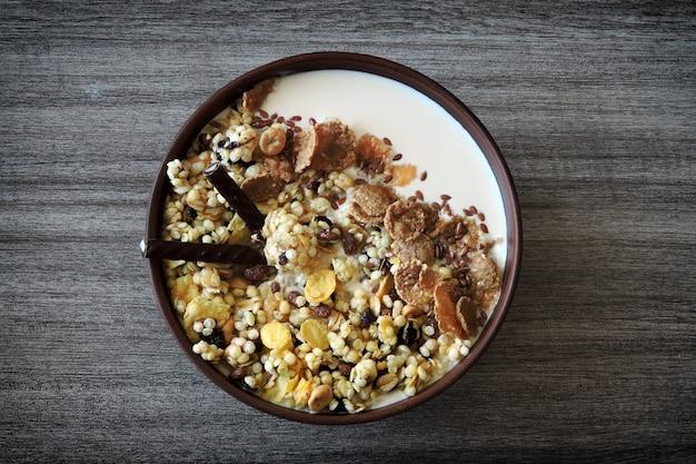 ボウルに種とヨーグルトを入れた健康的な朝食用ミューズリー