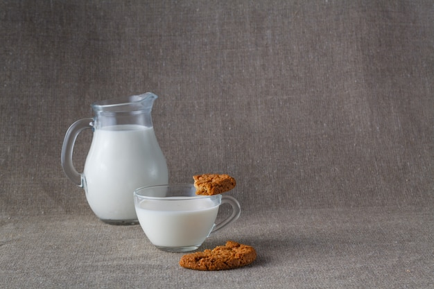 健康的な朝食。ミルク入りオート麦クッキー