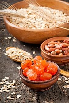 Здоровый завтрак - овсянка и ягоды