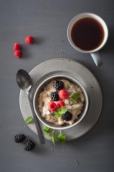 ラズベリーブラックベリーと健康的な朝食オートミールのお粥