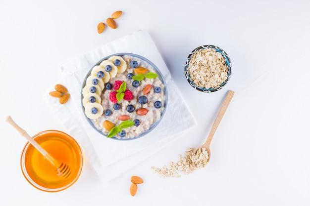 健康的な朝食。ブルーベリー、バナナ、ラズベリーのオートミール