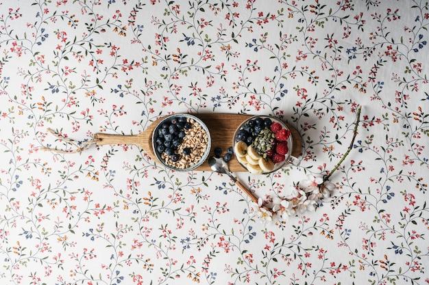 木の板、テキストのためのスペースでヨーグルトとフルーツの健康的な朝食
