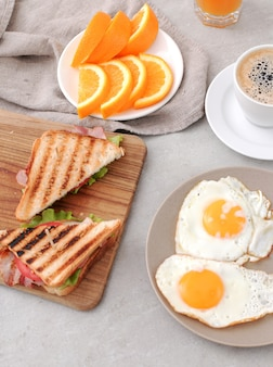 Здоровый завтрак на столе