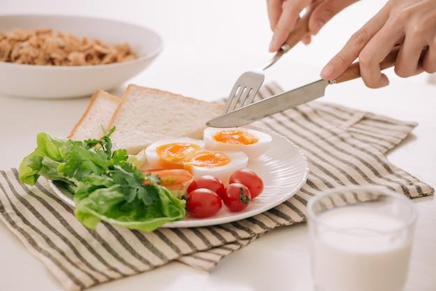 健康的な朝食または昼食。ポーチドエッグとトマトと丸ごとトースト。セレクティブフォーカス。健康的な食事、健康的なライフスタイルの概念