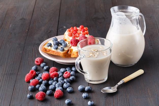 ガラスの瓶に新鮮な果実と健康的な朝食一晩オート麦