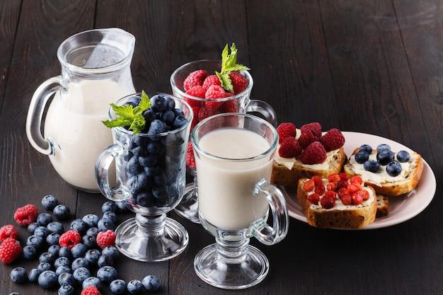 ガラスの瓶に新鮮な果実と健康的な朝食夜オート麦
