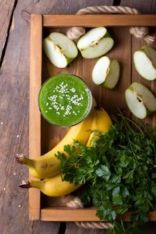 ヘルシーな朝食-パセリ、リンゴ、バナナのスムージー。ローフードと菜食主義
