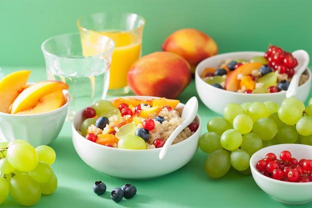 Здоровый завтрак киноа с фруктами, ягодой, нектарином, черникой, виноградом