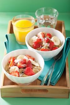 Здоровый завтрак киноа с клубникой, бананом, кокосовой стружкой