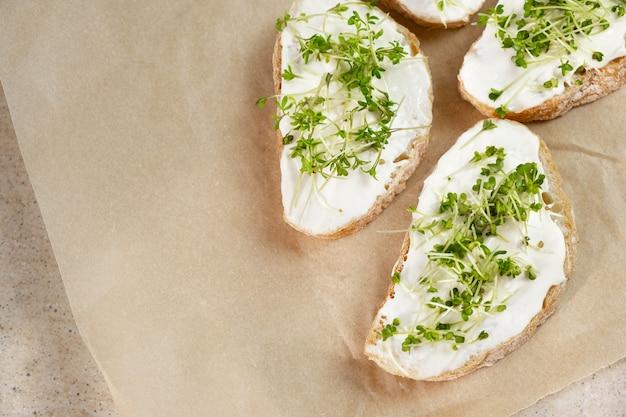 Здоровый завтрак. бутерброд со сливочным сыром и микрогринами.