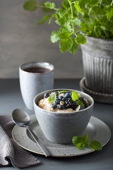 健康的な朝食のスチールカットオートミールのお粥、ブルーベリーブラックベリー