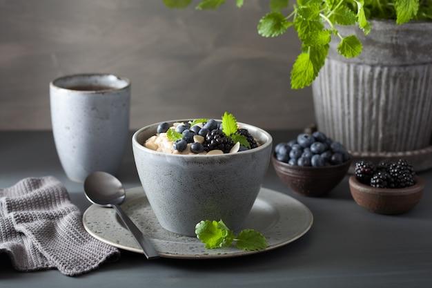 Здоровый завтрак из овсяной каши с черникой и черникой