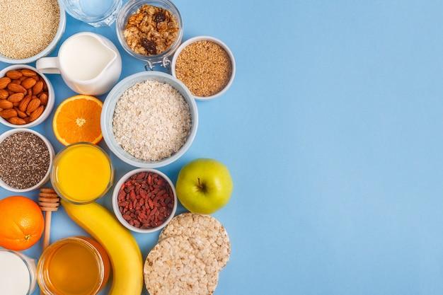 Здоровый завтрак сверху крупным планом