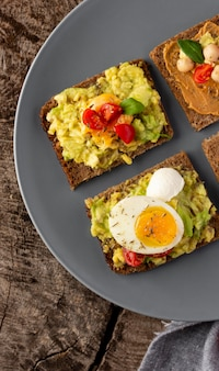 Verdure sane della colazione e uova su pane tostato