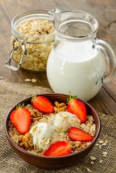 Здоровый завтрак - цельнозерновые мюсли с бананом и мороженым.