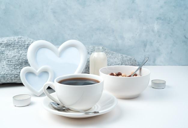 白地にハートとキャンドルのフレームで健康的な朝食