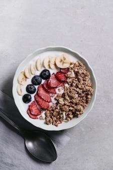 Здоровый завтрак с хлопьями и фруктами