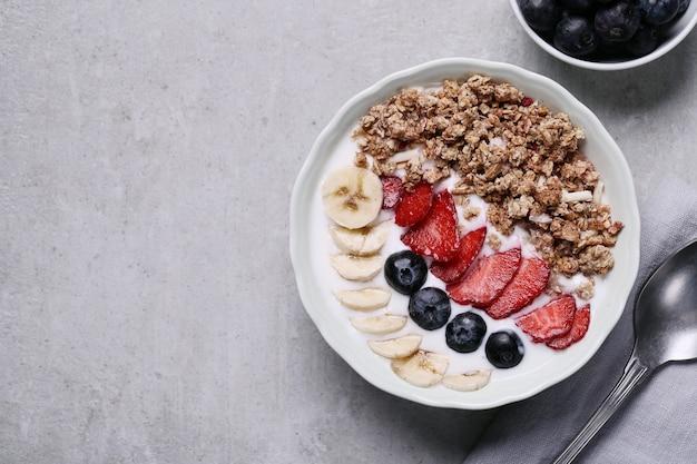곡물과 과일로 건강한 아침 식사