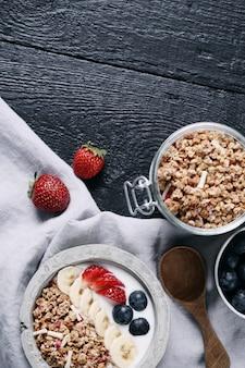 シリアルとフルーツの健康的な朝食