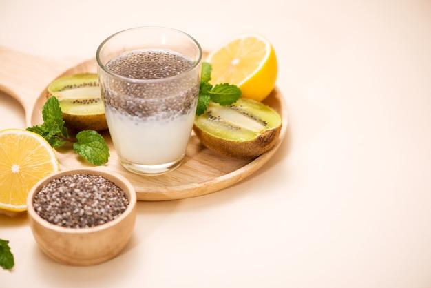 Здоровый завтрак с пудингом из чиа в стакане
