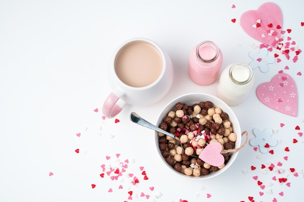 축제 표면에 우유와 시리얼 커피에서 초콜릿 볼 건강 한 아침 식사.