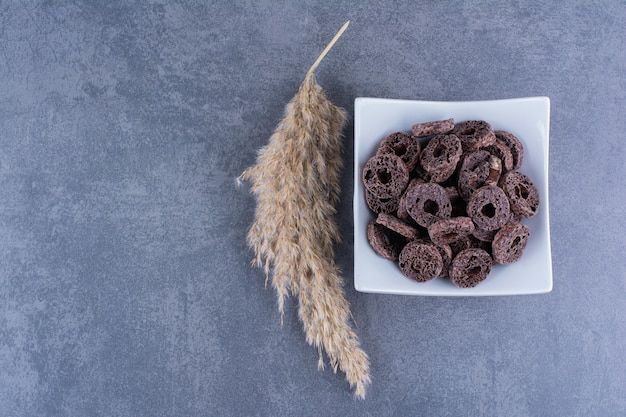 돌 표면에 접시에 초콜릿 옥수수 반지와 함께 건강한 아침 식사