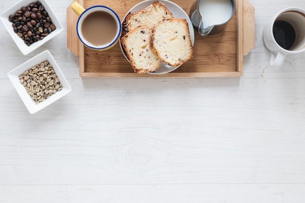 Здоровый завтрак с кофейными зернами и хлебом в лотке