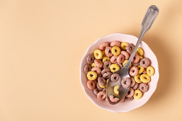 色付きの穀物リングで健康的な朝食