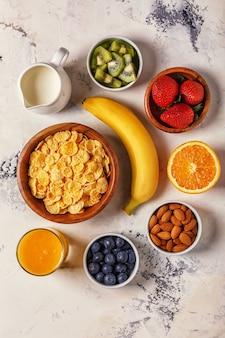 Здоровый завтрак с кукурузными хлопьями и свежими фруктами