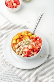 Здоровый завтрак со свежими фруктами и орехами