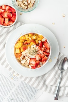 Prima colazione sana con frutta fresca e noci
