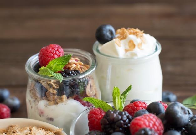 Здоровый завтрак со свежим греческим йогуртом, мюсли и ягодами