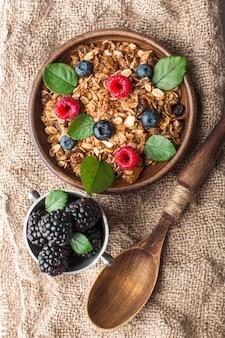 Здоровый завтрак с мюсли и ягодами на вретище