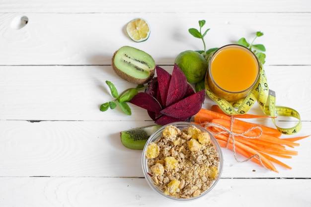 Здоровый завтрак с соком и фруктами