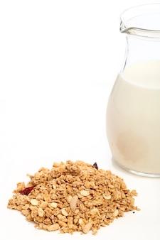 Здоровый завтрак с молоком и хлопьями