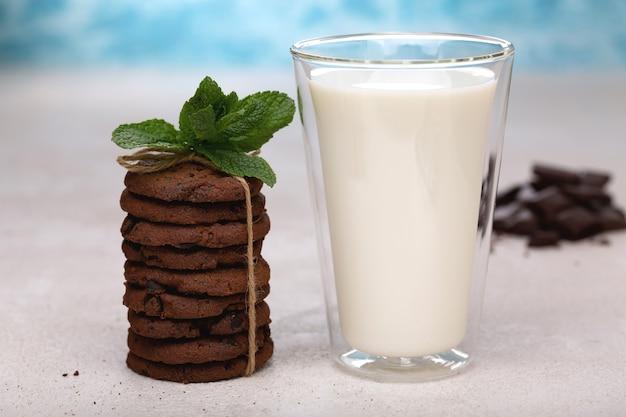 ミルクとオートミールクッキーを使ったヘルシーな朝食。適切な栄養、食事。