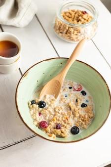 ミルクとフルーツのミューズリーと健康的な朝食