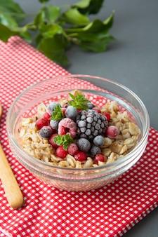 귀리, 딸기와 민트 건강 한 아침 식사. 과일 귀리 죽.