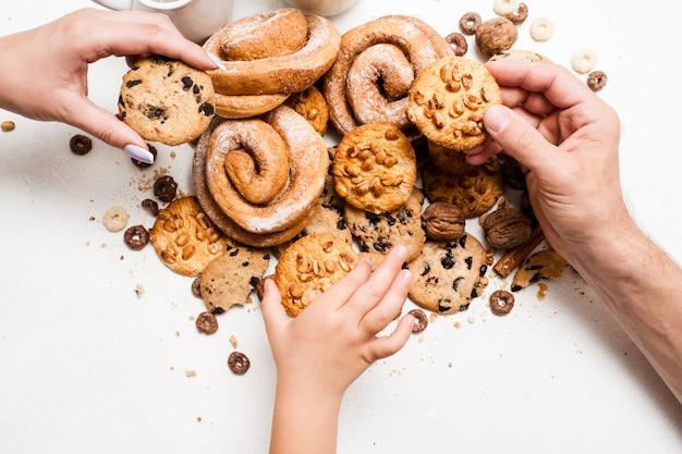 과자 제품으로 건강 한 아침 식사, 상위 뷰를 닫습니다. 테이블에 빵집 음식의 엉망에서 wholegrain 스콘을 복용하는 가족. 집에서 구운 가게의 개념