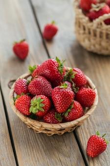 熟した甘いベリーと健康的な朝食。かごの中の新鮮なイチゴ