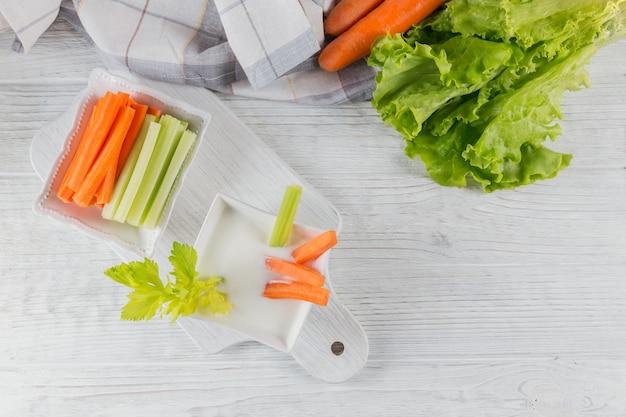 요거트, 셀러리, 당근 스틱으로 구성된 건강한 아침 식사. 다이어트와 건강한 간식.