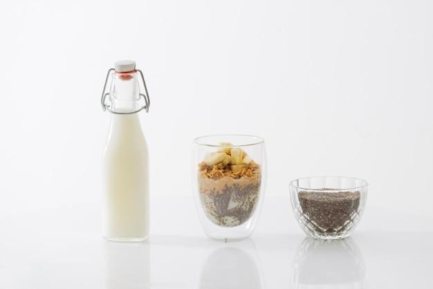 요구르트, 견과류, 바나나, 치아씨드로 구성된 건강한 아침 식사. 신선한 과일 그릇입니다.