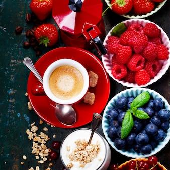 Здоровый завтрак - йогурт с мюсли и ягодами - здоровье и