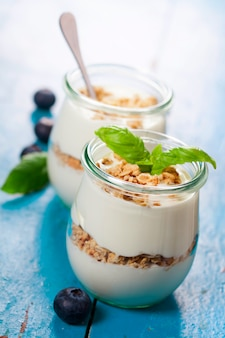 Здоровый завтрак - йогурт с мюсли и ягодами