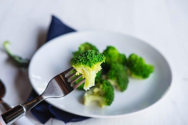 プレートに健康的なブロッコリー