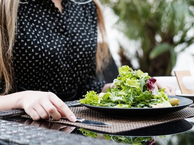 Здоровый бизнес-ланч. женщина, имеющая легкий ужин в ресторане. занятый образ жизни. правильное питание