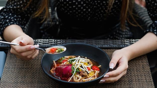 Здоровый бизнес-ланч женщина ресторан образ жизни