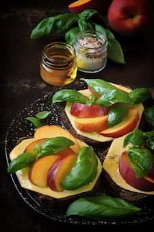 桃のヘルシーカプレーゼトースト